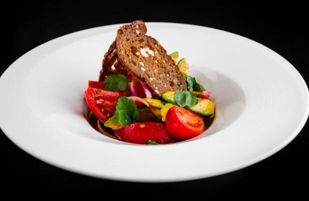 Салат с розовыми томатами и авокадо