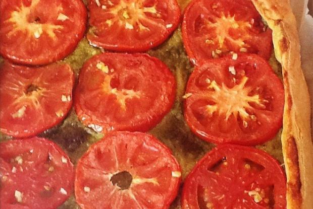 Пирог с помидорами и песто