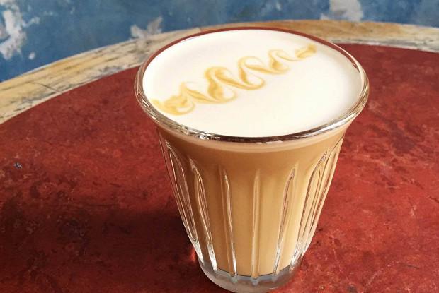 Кофе с молоком, гречишным медом и ванильной солью