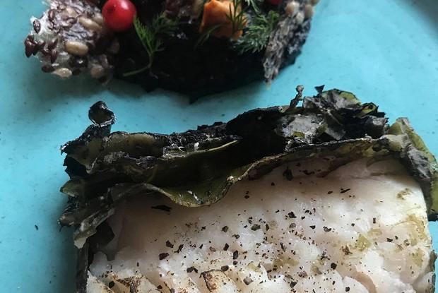 Треска в водорослях с черным картофельным пюре и маринованными лисичками