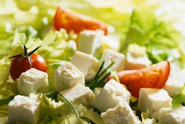 Салат с роменом, томатами, огурцом, фетой и питой