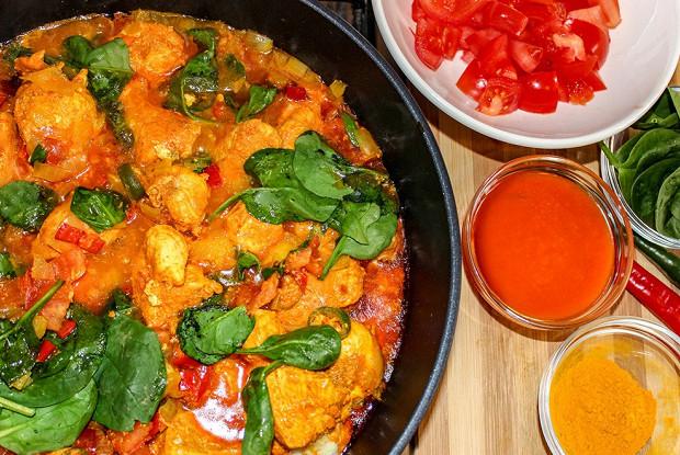 Рагу из курицы с красным пальмовым маслом и шпинатом