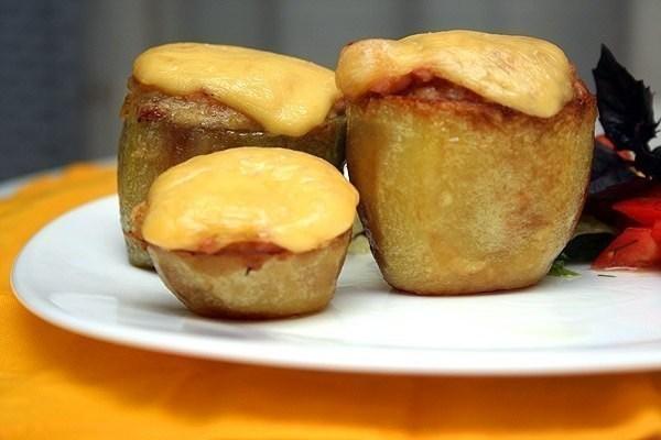 Фаршированный ветчиной и сыром картофель
