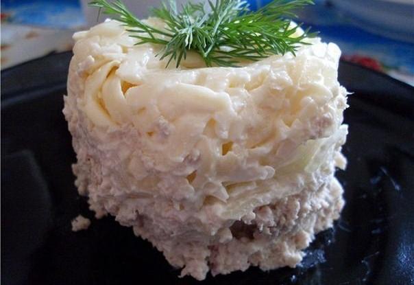 Слоеный мясной салат с луком