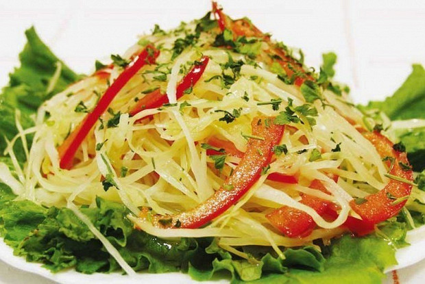 Салат с томатами, капустой, острым перцем, кукурузой и тертым сыром
