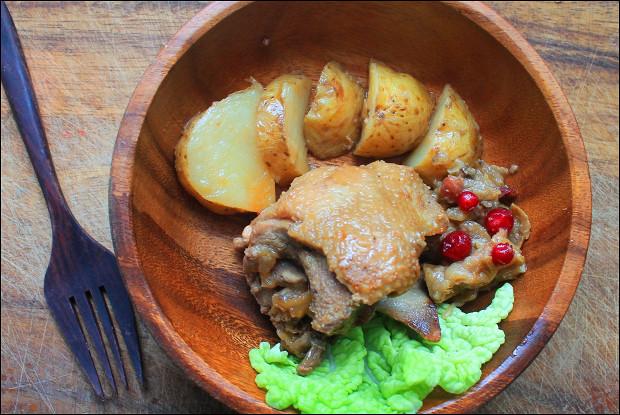 Утка, запеченная с яблоками и молодым картофелем