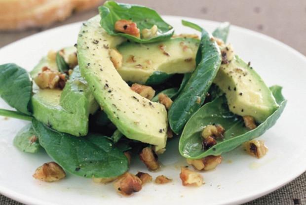 Салат со шпинатом, грецким орехом и авокадо