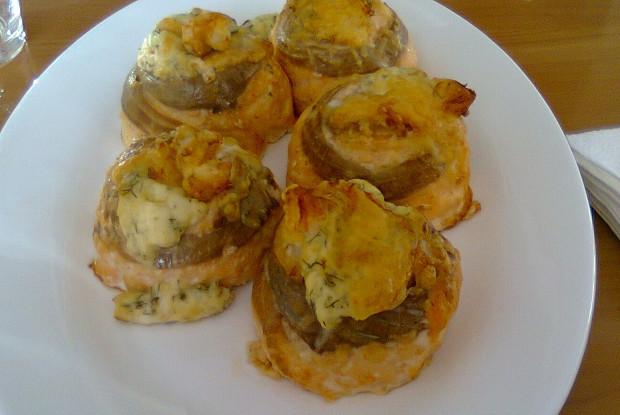 Гратини (рулетики из семги с креветками и сыром, запеченные в духовке)
