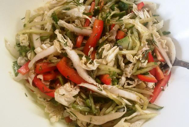 Овощной салат с авокадо, огурцом и пекинской капустой