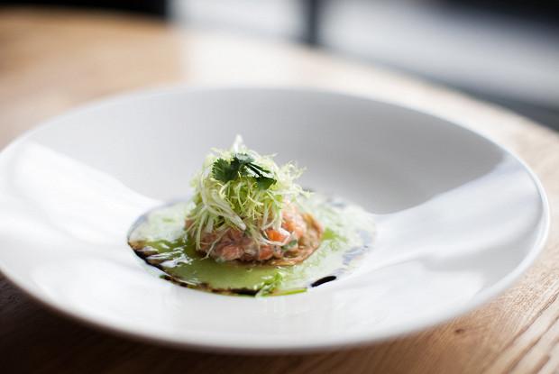 Тартар из лосося с желе из огурцов в азиатском стиле