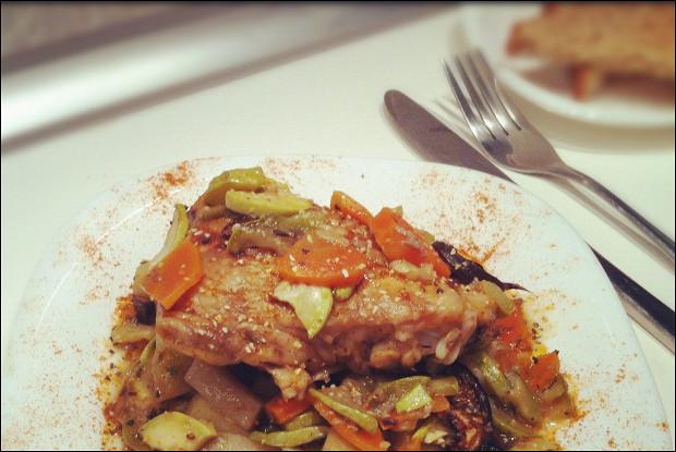 Курица с розмарином под овощами