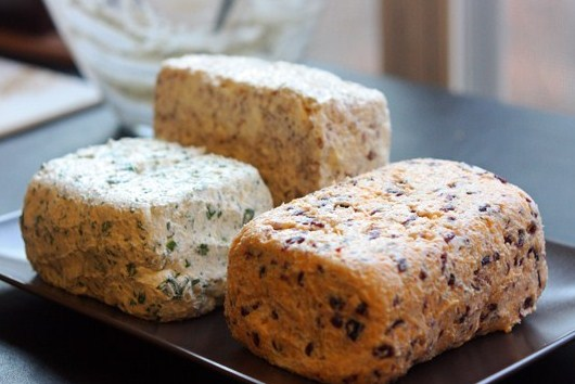 Три вида сырных закусок с крекерами