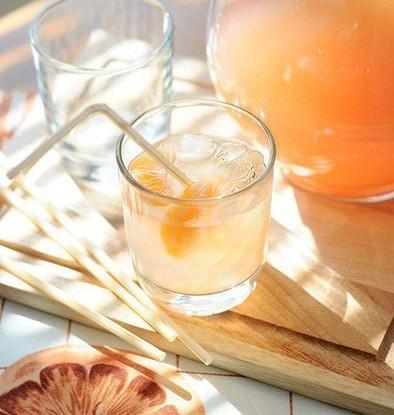 Зимний лимонад из грейпфрута с мандариновыми кубиками