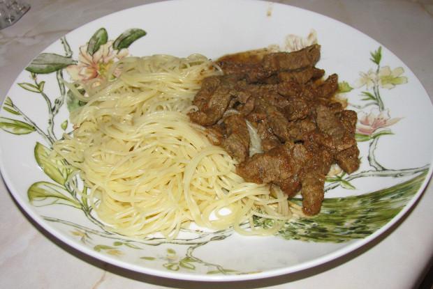 Тушеная говядина в томатном соусе с базиликом