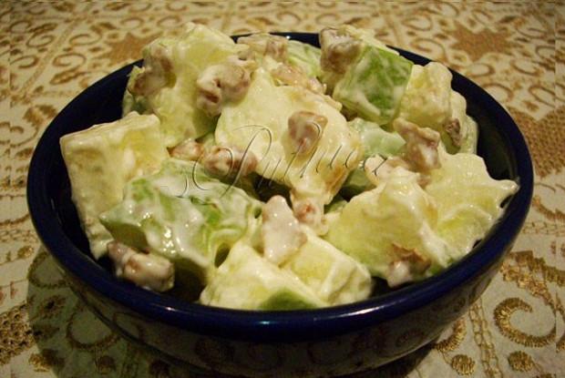 Вальдорфский салат с яблоками и орехами