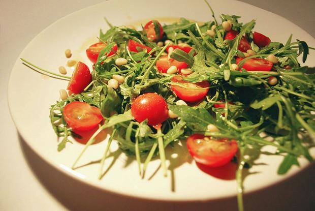 Руккола с помидорами и чесноком