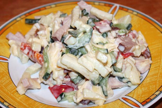 Салат с сыром, яблоком и ветчиной