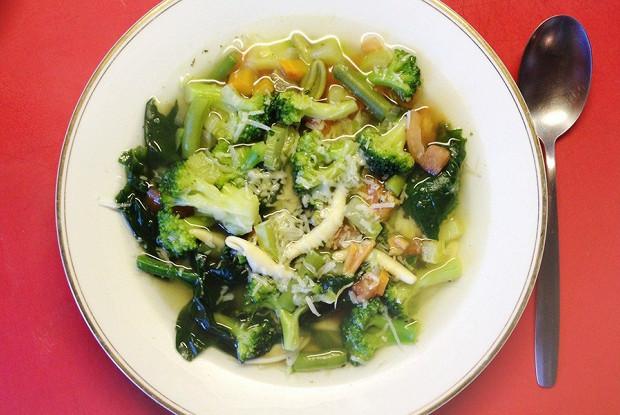 Минестроне с брокколи и шпинатом