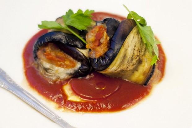 Баклажановые рулетики с моцареллой и томатным соусом