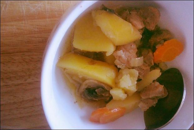 Нежная картошка с грибами и свиной шеей в мультиварке