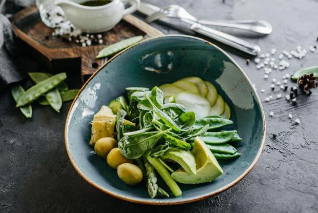Зеленый салат с авокадо и заправкой из трав