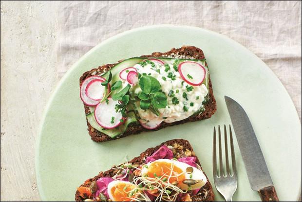 Бутерброды с творогом, огурцом и редисом