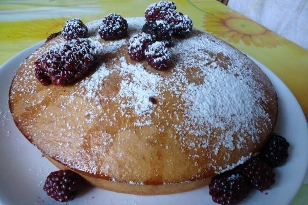 Пирог с орехами и ежевикой