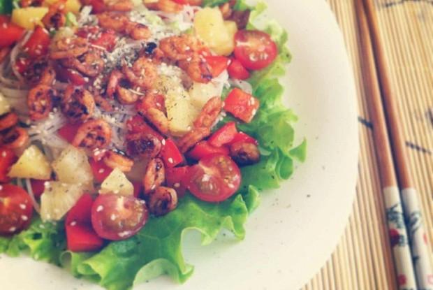 Салат с жареными креветками и ананасом
