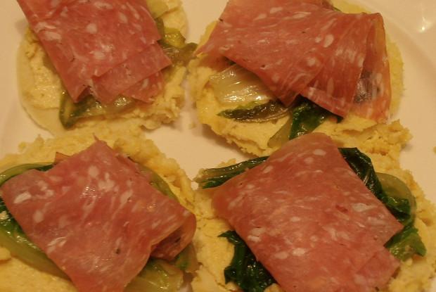 Мини-фарината с острой колбасой и салатом эндивий