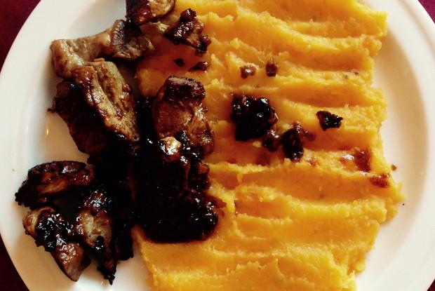 Жаренная свинина с тамариндом и пюре из батата