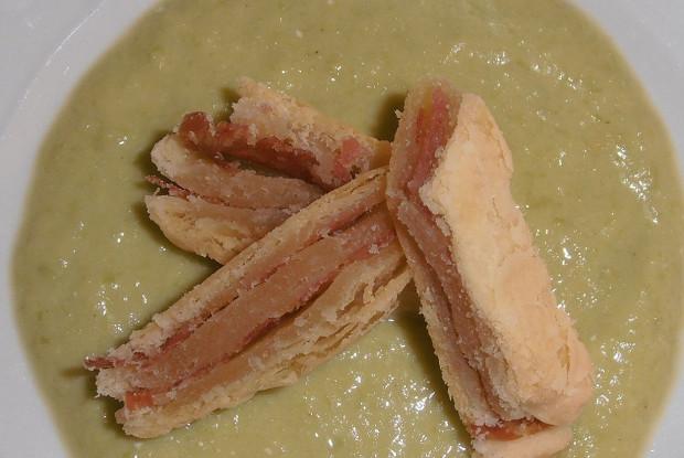 Слоеные сэндвичи с салями и пюре из лука-порея