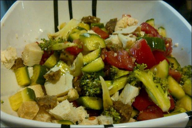 Сыроедческий витаминный салат с сыром тофу и соевым соусом