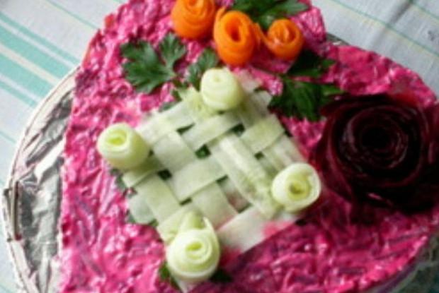 Слоеный овощной салат с грецкими орехами и крабовым мясом