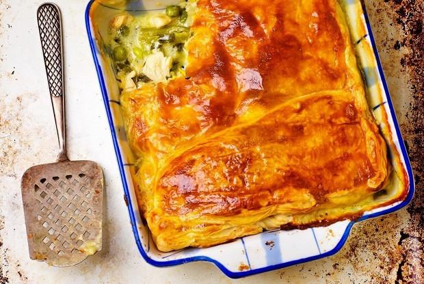 Слоеный пирог с куриным филе, фасолью и сыром