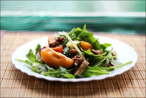 Салат с абрикосами и помидорами черри