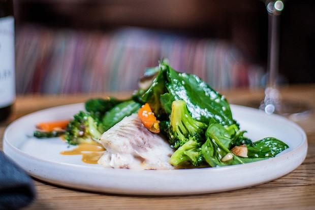 Сибас с зелеными овощами и соусом с тамариндом