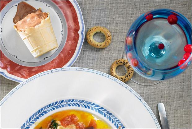 Теплый домашний сыр в соусе из помидоров и оливок