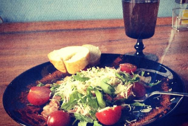 Теплый салат с беконом и рукколой