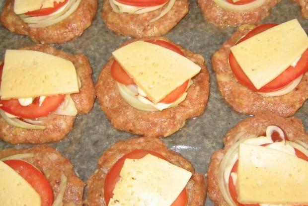 Котлеты в духовке с помидорами и луком