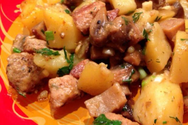 Тушеная свинина с шампиньонами и картофелем