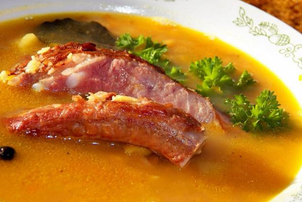 Гороховый суп на копченых ребрышках с беконом