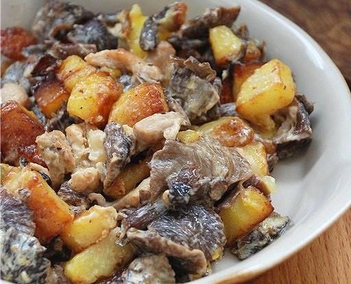 Жаренный картофель с грибами в сливках