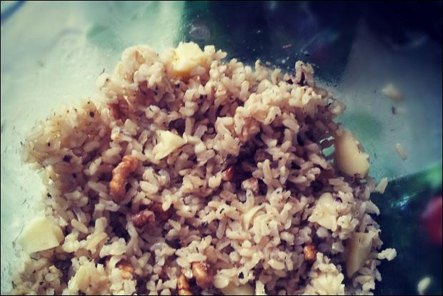 Рисовый салат с сулугуни, грецкими орехами и карри