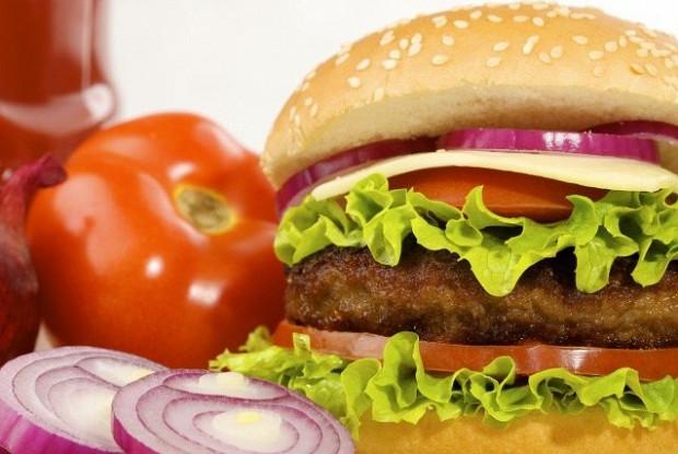 Домашние чизбургер с овощами