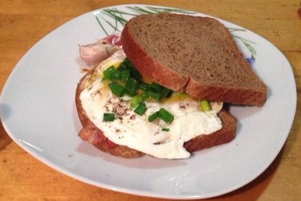 Сэндвич с беконом, яйцом и сливочным сыром