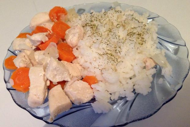 Курица, тушеная с морковью и луком
