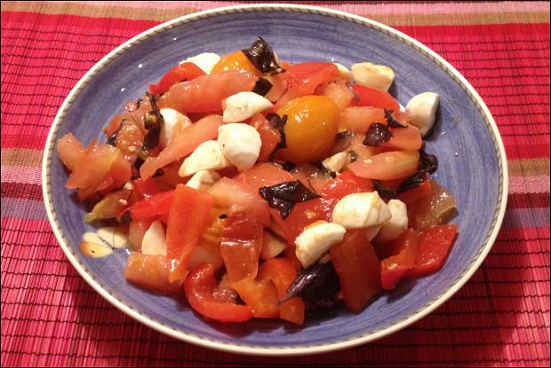 Салат из красного перца и моцареллы