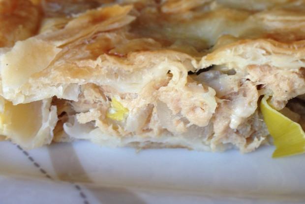 Слоеный пирог с тунцом, луком-пореем и солеными огурцами