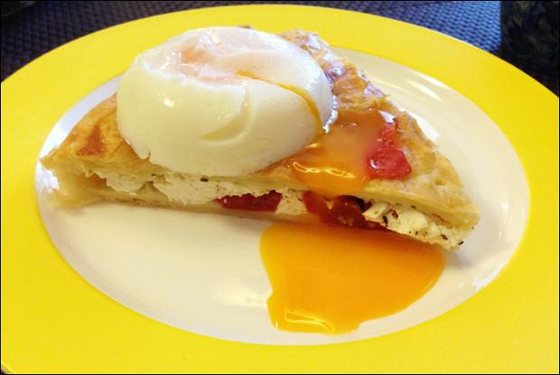 Закрытый пирог с томатами, брынзой и яйцом пашот