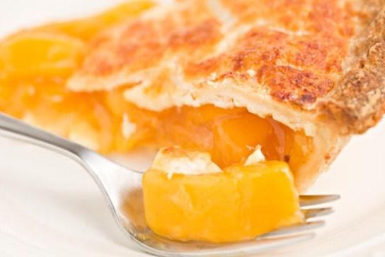 Румяный пирог с абрикосами и нежной сливочной крошкой